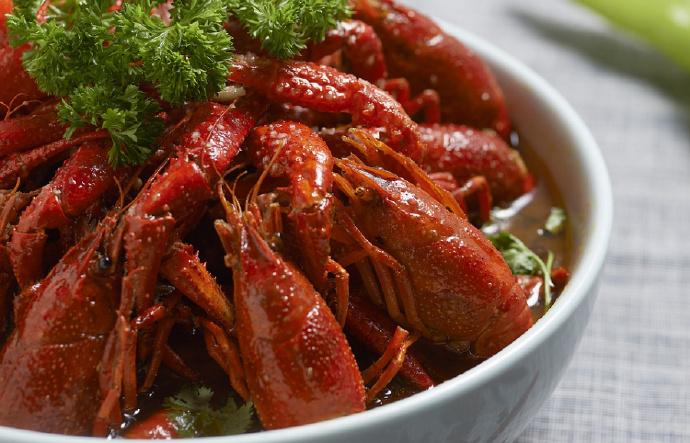 烧虾师年薪20万起、龙虾饭成本价不超过2元,可我们为什么还是吃不起小龙虾?